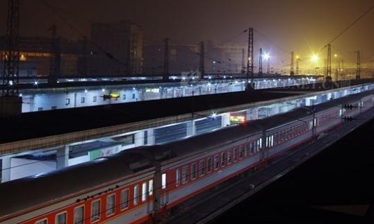 为何当火车半夜路过一些地方的时候,乘务员会强制把窗帘拉上
