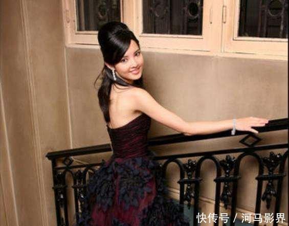 她被誉为中国最美公主, 父亲是副国级干部, 爷爷
