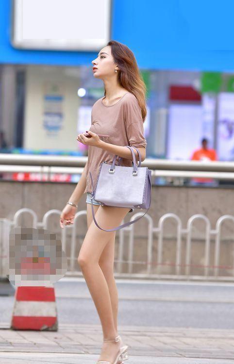 女人味:街拍:小姐姐一件黑色的无袖淑女裙,穿上它十分有女人味