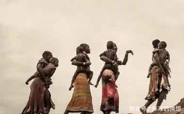 非洲原始部落竟和牲畜喝的是一樣水