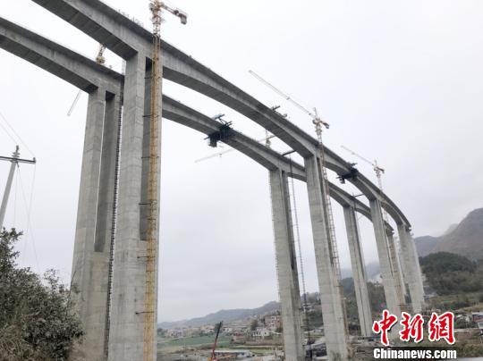 贵州高速公路最长的特大桥主跨成功合龙