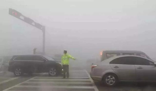 大雾天老司机都这样开车,学会不吃亏,即安全又简单,新手请注意