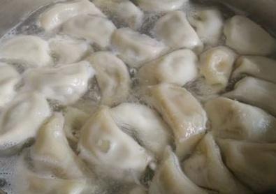 """奶奶@奶奶说:煮饺子时,万万不能用错""""水"""",否则饺子破皮又粘锅!"""