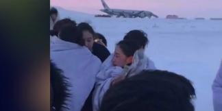 国航迫降俄罗斯 空姐雪中抱团取暖