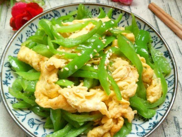 鸡蛋液@青椒炒鸡蛋,先炒哪个?厨师的特色菜,青椒味道更好,鸡蛋更鲜嫩