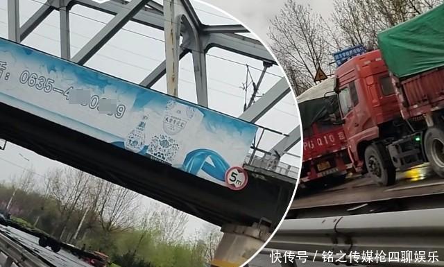 """『遇上』山东聊城:加长版拖拉机雨中""""遇上""""超高大货车,被撞惨了"""