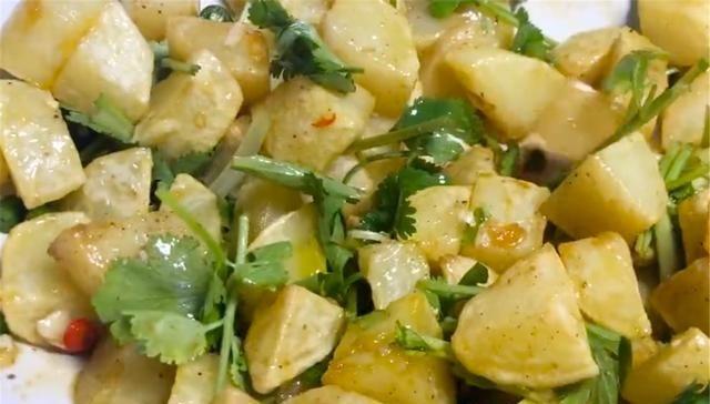 『洋芋』土豆油炸后拌上佐料,在家做成炸洋芋,清爽可口又香脆
