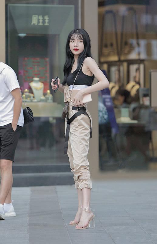 """路人街拍:爱上小姐姐们的""""轻巧""""穿搭,在简约中凸显潮范个性!"""
