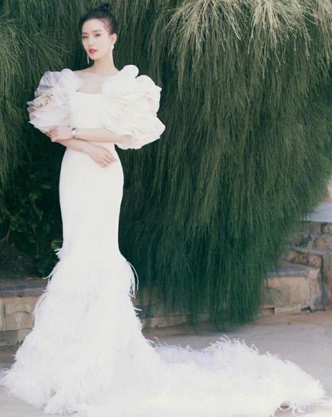 女明星出席金鸡奖典礼,刘诗诗颇为惊艳,是仙女本人没错了