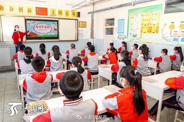 新疆各地中小学生网上祭英烈