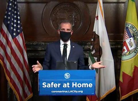 美国单日激增917死创新高 洛杉矶市长抢先喊话:全民外出戴口罩!
