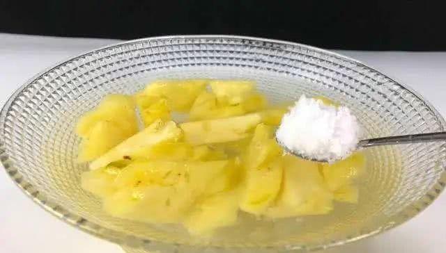 『热带水果』用冷盐水泡菠萝是错的?30年果农告诉你正确的吃法,怪不得不好吃