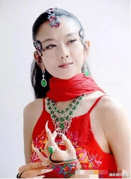 大开眼界,杨丽萍每年花18万做指甲,当看到她的脚时,网友:惨不忍睹!