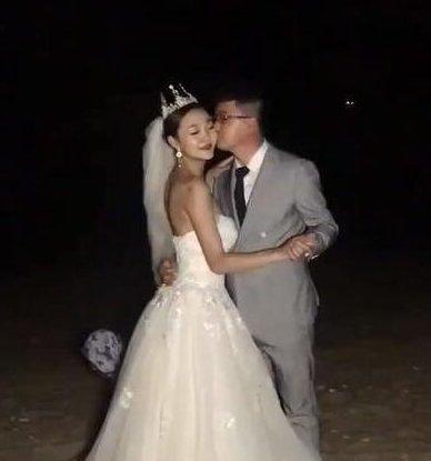 小夫妻晚上去拍婚纱照,拍出的照片太模糊,看到精修图之后笑成花