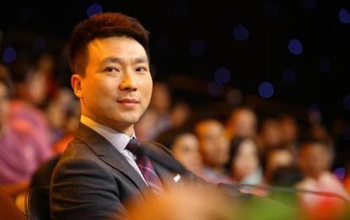 央视主持人结婚22年无子,康辉自传透露愧对母亲,后悔选择丁克!