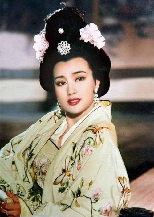 <b>64岁刘晓庆跟岁月较劲,穿花裙子露纤细小腿,好身段儿奶奶辈典范</b>