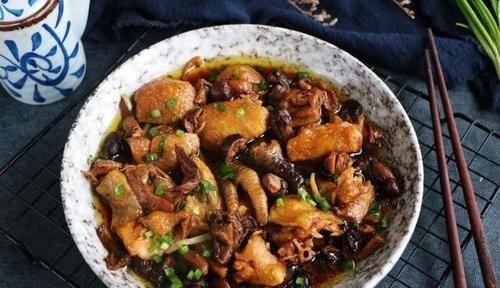 「蘑菇」鸡肉怎么做都油腻?试试焖着吃,不加水不油原汁原味