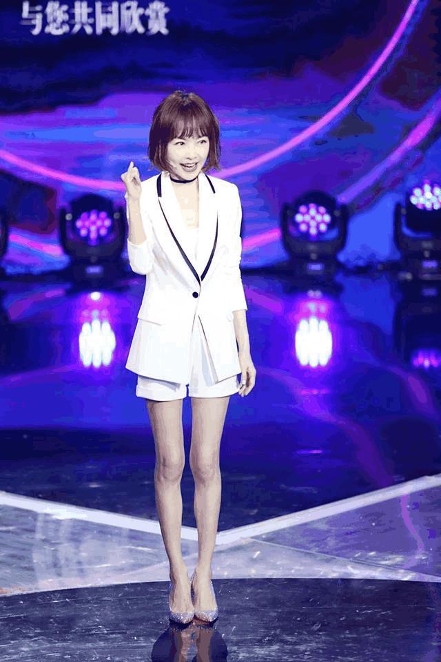 """鲁豫新发型美出新高度! 网友直呼: """"刘海在你身上起到了整容的作"""