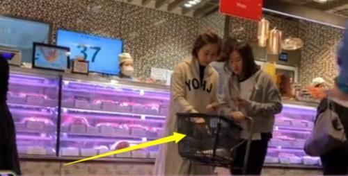 [关咏荷张家辉感情好吗]关咏荷和女儿去超市买东西精打细算 母女俩有商有量感情好_【快资讯】