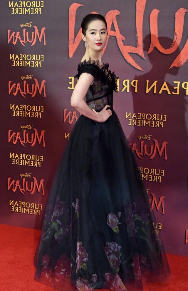 """『当中』刘亦菲也走成熟路线了,穿""""黑天鹅""""现身红毯,生图下惊艳全场"""