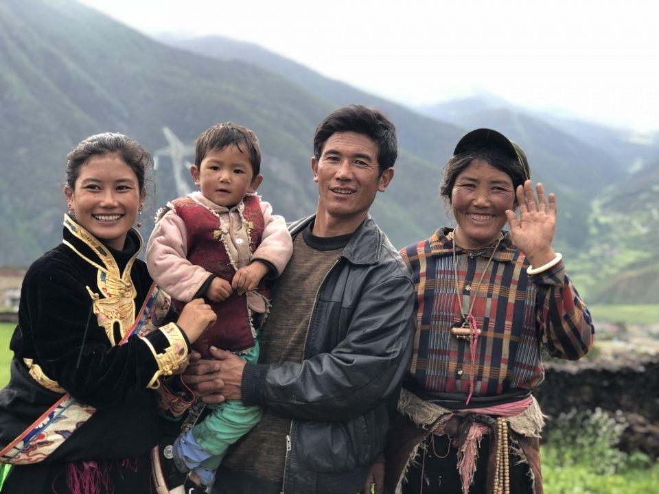 女子帮51户村民卖虫草70多万,小学毕业的她到清华大学演讲创业