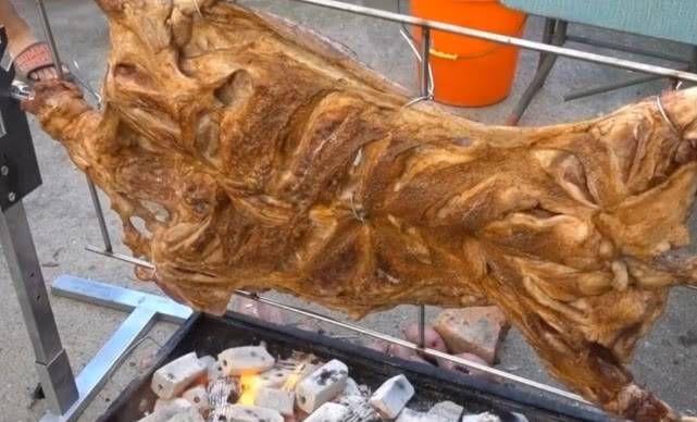『据说』据说新疆人民的烤全羊很强大。看完巴基斯坦人民的烤全羊,网