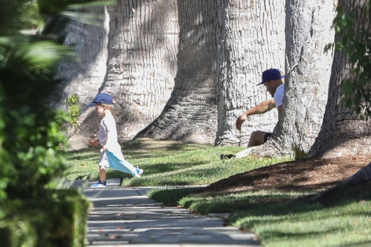 52岁杰森斯坦森携子出街,低调亲子穿搭同框耍帅,大眼萌娃更像妈