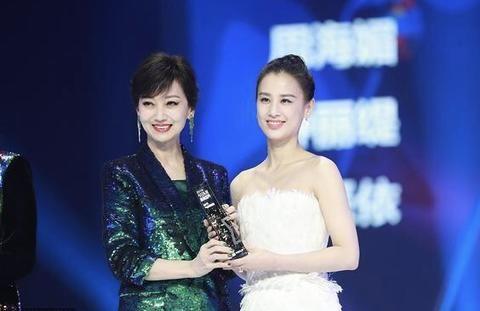 """两代""""白娘子""""同框,65岁赵雅芝把36岁黄圣依比下去了"""