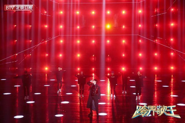 """王琳凯跨界歌王现场组""""乐队"""",献唱《无地自容》炸裂摇滚范儿呈现最燥舞台"""