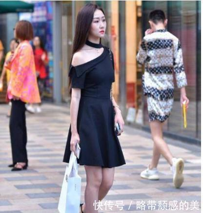 街拍:楚楚动人的美女,一条黑色的斜肩连衣裙,时尚女神风采