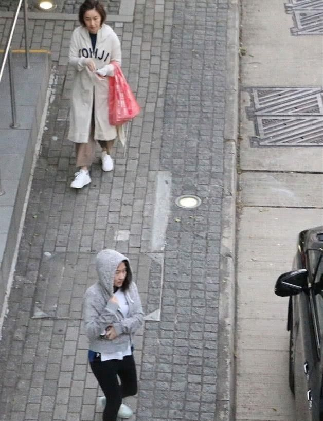 [关咏荷张家辉]关咏荷素颜带女儿购物老态明显,14岁女儿与张家辉如复制粘贴_【快资讯】