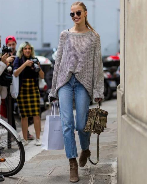 """#牛仔烟管#阔腿裤已经凉凉了!现在流行用这条""""裤子""""配毛衣,优雅显身材"""