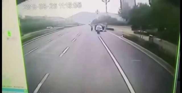 违停女司机被公交车挤压身亡!是无辜还是过失?