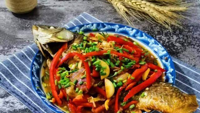 『料酒烧出来』煮鱼时放入几片火腿,味道太鲜美了,一上桌就成了抢手菜