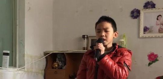 失明儿童唱歌网络走红,好心人帮助其学习音乐,已被制片邀请
