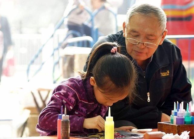 爷爷带孙女坐地铁,女孩问为什么没人让座,爷爷的回答尽显高情商