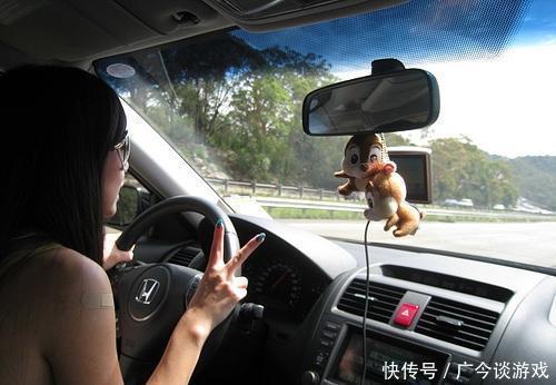 """""""抱着方向盘""""是最傻的开车姿势"""