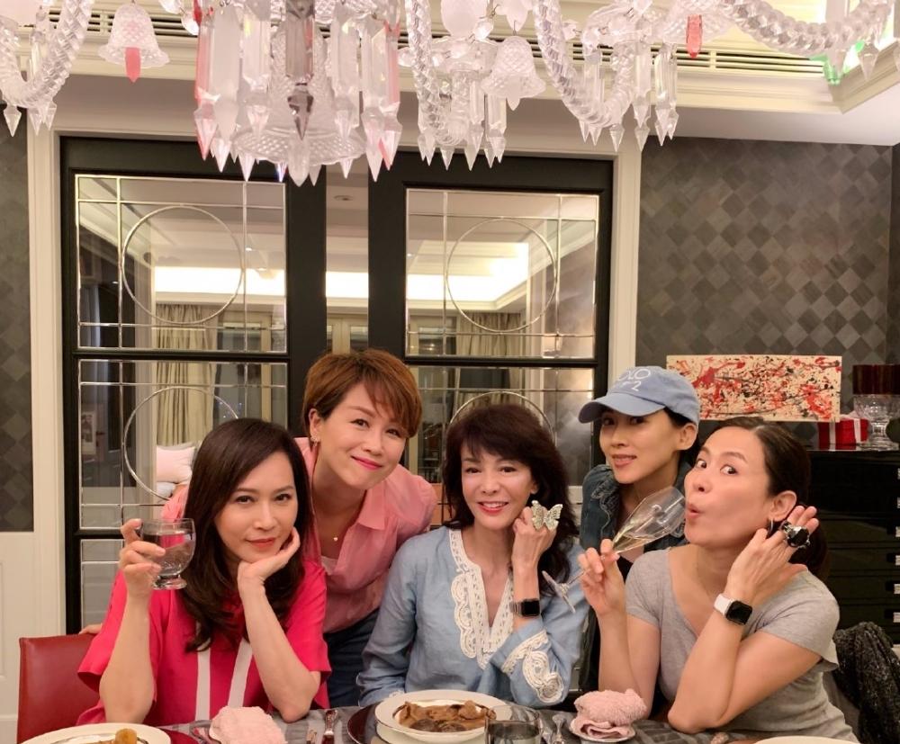 49岁宣萱为62岁郑裕玲庆生,看合照以为两人只相差3岁!