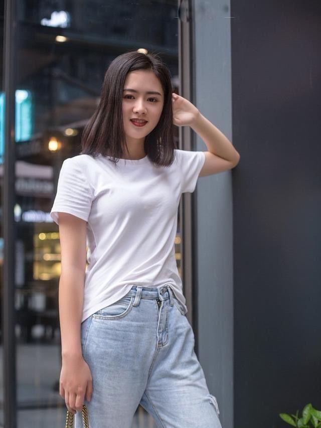 街拍:穿牛仔裤的女孩展现出女人青春活力,清新淡雅,甜蜜的气质插图(2)