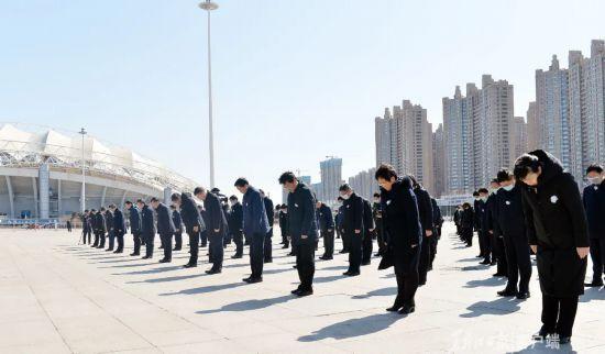 黑龙江省委、省人大常委会、省政府、省政协领导班子成员集体向新冠肺炎疫情牺牲烈士和逝世同胞默哀仪式举行