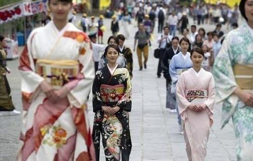 [日本人疯狂购物]日本人到中国旅游,也喜欢疯狂购物,看完他们买的东西有些惊讶
