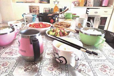 消毒:家庭成员固定餐具、坚持分餐 个人餐具和公筷公勺分开消毒