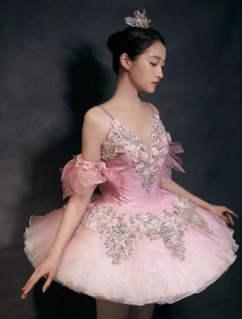 关晓彤是跳舞机器人吗?
