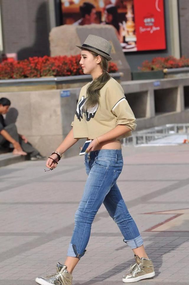 洋气小女生紧身牛仔裤搭配个性牛仔帽,时尚的穿搭让人眼前一亮