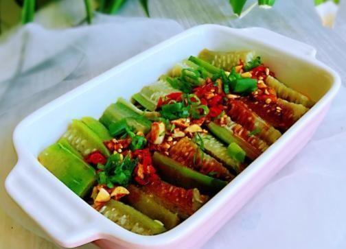 「就可以直接」丝瓜和粉条,放进锅里蒸一蒸,味道很鲜美,香辣美味,好吃又过瘾