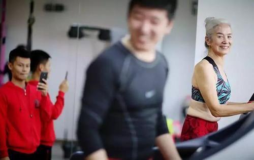 """60岁健身,73岁变身""""中国最美奶奶"""",身材似超模!"""