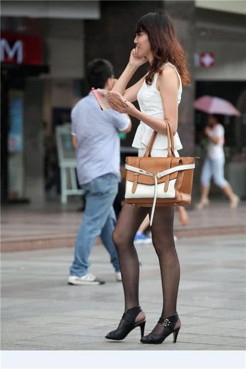 """路人街拍:正在打电话的大姐姐,脚踩高跟鞋""""摩登""""又时髦!"""