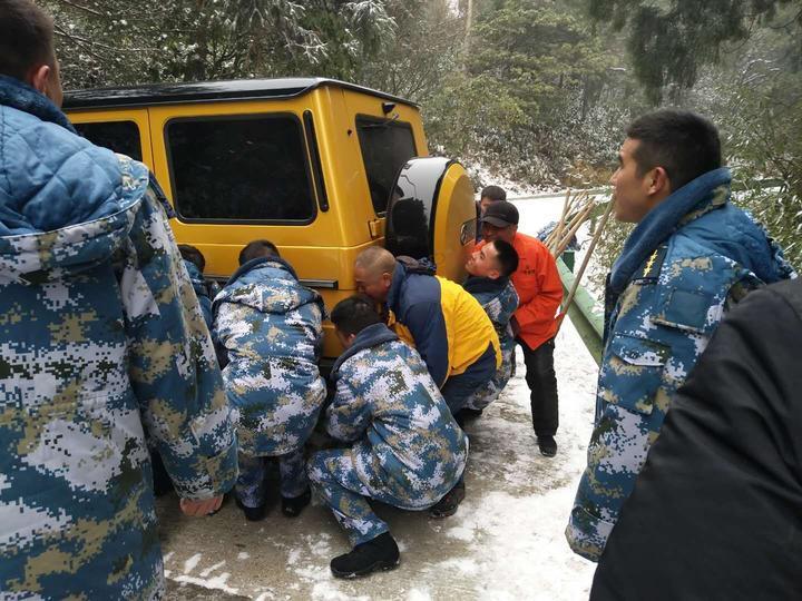 天台干部群众战风雪、破坚冰,抢通山区道路