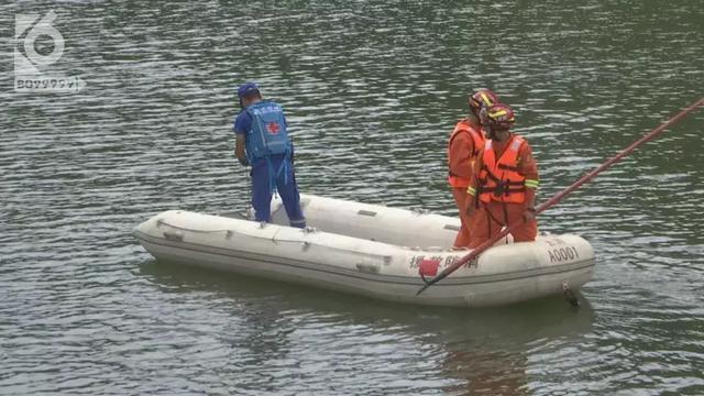下午1点40,消防员和蓝天救援队开始进行打捞,由于现场没有目击者,暂时无法证实三人是否落水,因此大家心里仍然存有一丝希望,希望三人并不在水里。