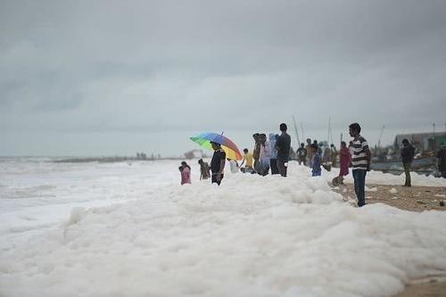 印度河流有毒泡沫再度爆发,孩童却在里面嬉戏,看着欢乐实则令人忧心